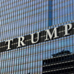 Надпись Трамп на здании