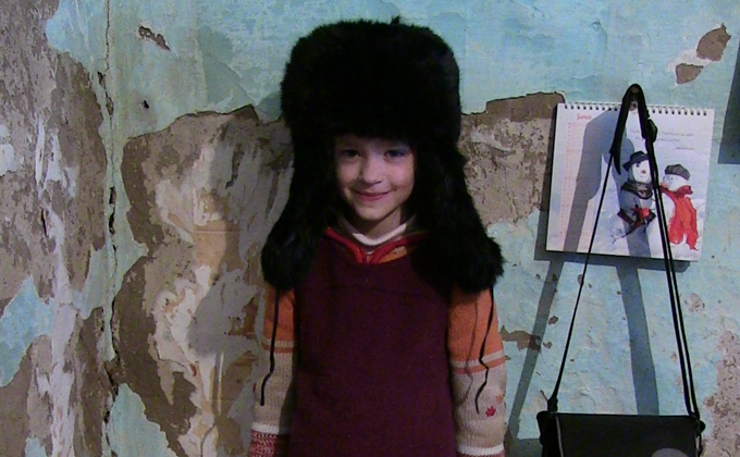 Для младших Мартенсов жить в деревянном доме в диковинку, но ни не перестают радоваться мелочам. Фото Александра Крытцева