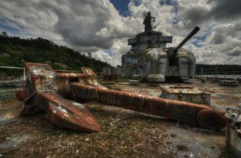 Ржавый якорь Холла на заброшенном корабле.