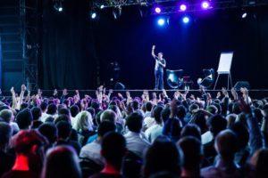 — Если в зале есть идиоты, поднимите руку