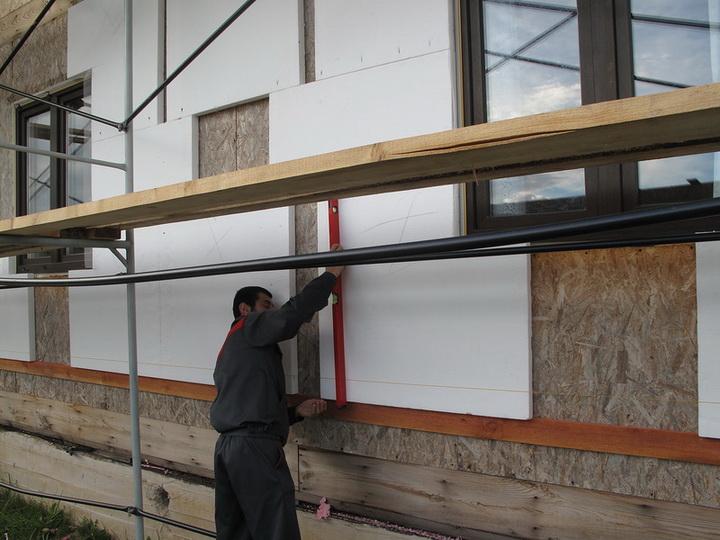Обычно он устанавливается под первый ряд «Г»-образных листов утеплителя под нижним рядом окон.