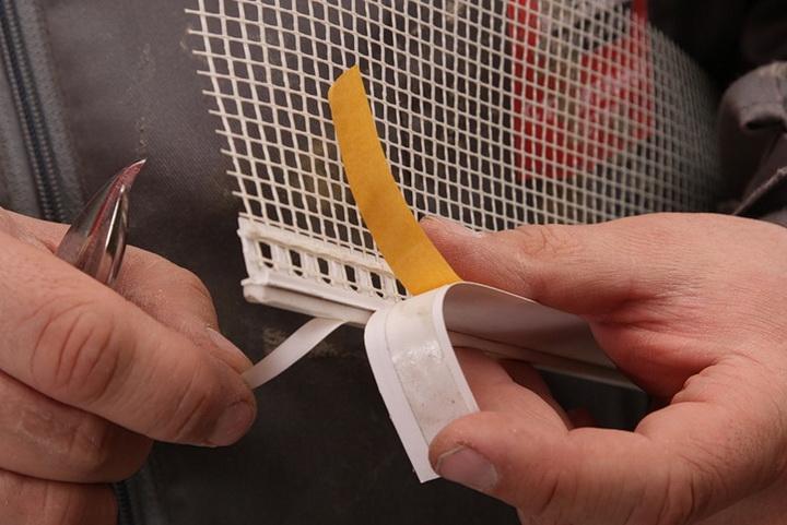 Установка элементов примыкания на блоки оконных и дверных проёмов. Фото 1.