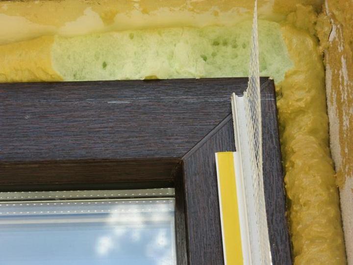 Установка элементов примыкания на блоки оконных и дверных проёмов. Фото 2.