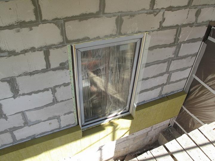 Установка элементов примыкания на блоки оконных и дверных проёмов. Фото 6.
