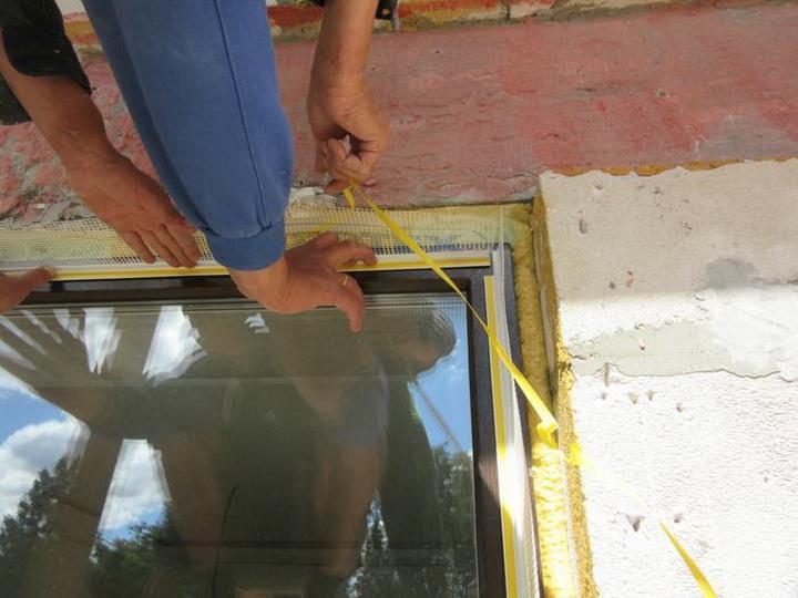 Установка элементов примыкания на блоки оконных и дверных проёмов. Фото 3.