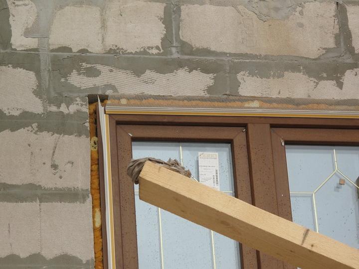Установка элементов примыкания на блоки оконных и дверных проёмов. Фото 4.