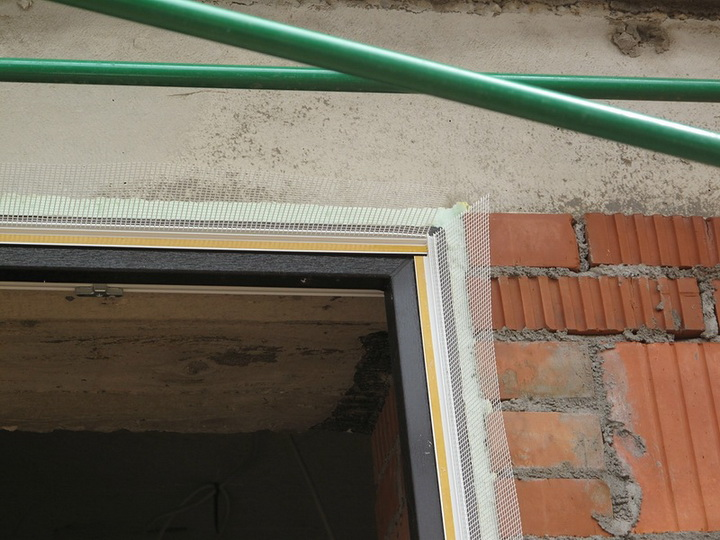 Установка элементов примыкания на блоки оконных и дверных проёмов. Фото 5.
