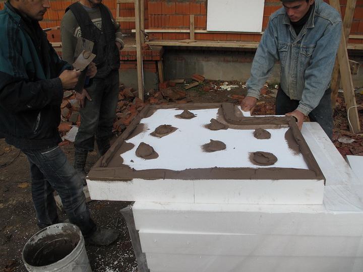 Нанесение цементного клея CeresitСТ 83, CeresitСТ 85 на пенополистирол. Фото 1.