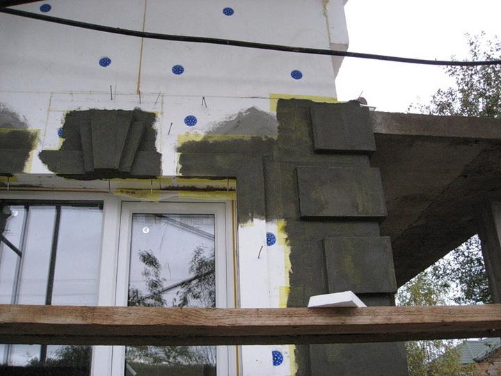 Установка декоративных элементах фасада. Фото 8.