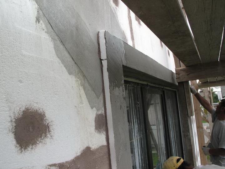 Установка декоративных элементах фасада. Фото 1.