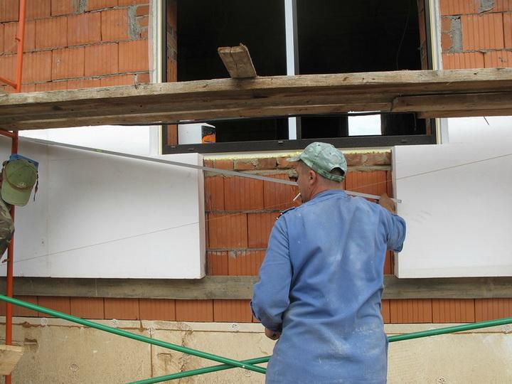 Приклейка пенопласта вокруг окна. Фото 1.