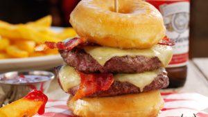 Double Krispy Kreme Burger, вид сбоку, пончики, сыр, котлета и жаренный бекон умноженное на два!