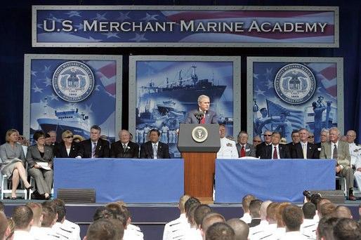 Фото трибуны и выступление президента Дж.Буша (младшего) перед курсантами