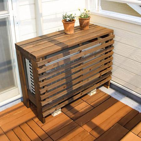 Внешний блок кондиционера декорированный деревянными рейками