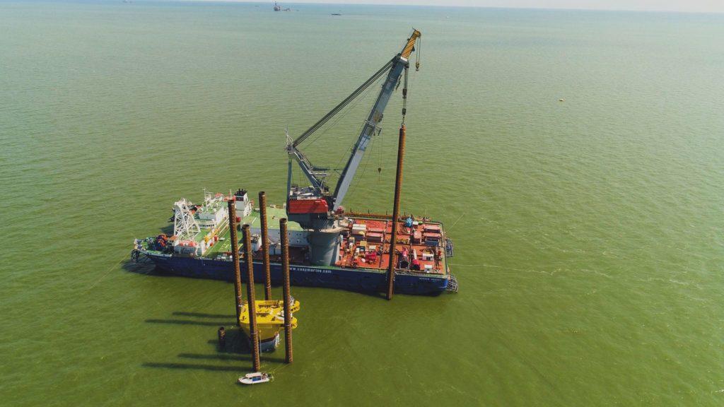 Крановое судно Gurban Abasov работы по устройству свайного крепления в районе месторождения им.Ю.Филановского, 2018 год. Чартер CNGS Engineering.