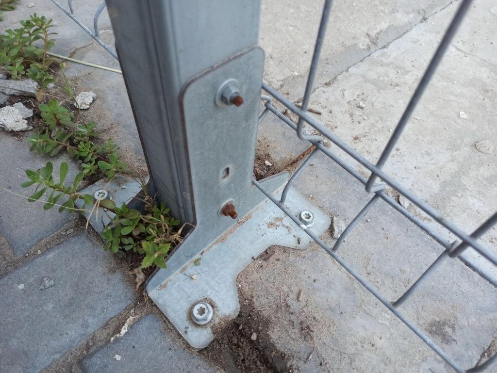 Оригинальный оцинкованный крепеж металлического столба к бетонной стяжке