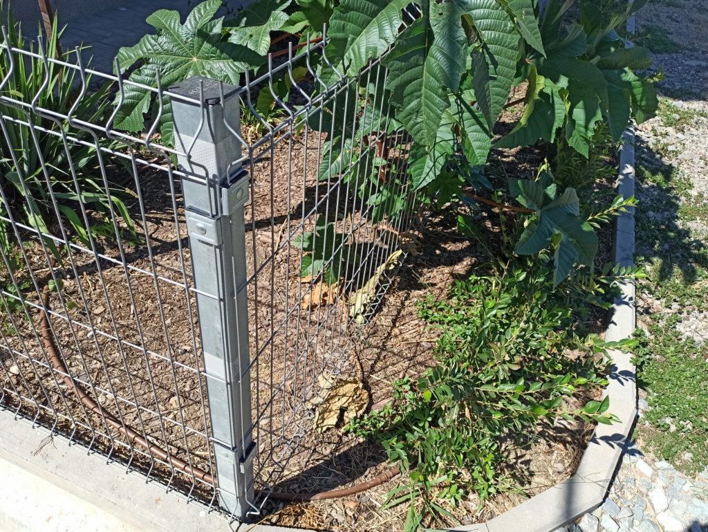Общий вид. поворот 90 градусов. Установленный столб и забор Грандлайн. Столб и забор оцинкованные.