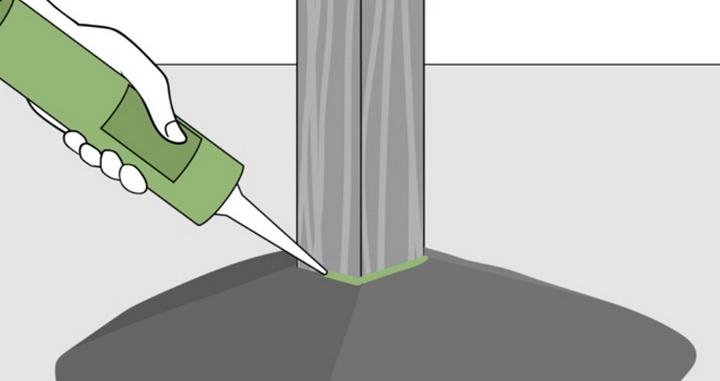 """Следующим элементом правильной установки деревянного столба будет выполнение герметизации шва """"бетон-дерево""""."""